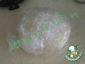 Стол посыпать мукой и вымесить эластичное нежное тесто. Обернуть пленкой и убрать в холодильник на час.