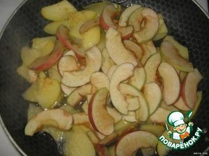 И яблочко, порезанное дольками.