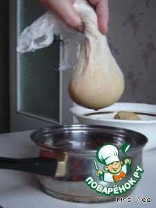Через марлю в несколько слоев или плотную ткань отжать картофельный сок в отдельную емкость. Отцеженную жидкость аккуратно слить, осевший на дне крахмал добавить в отжатый картофель, посолить. Для пышности в картофельную массу можно натереть одну небольшую луковицу или положить 1 столовую ложку сметаны (я добавляла сметану).
