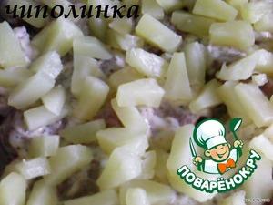 Выложить отбивные на протвень, смазаный растительным маслом.   На каждый ломтик мяса положить по колечку ананаса.