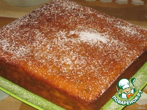 Then cake out of the form, you can sprinkle with powdered sugar, and you can immediately cut a slice and eat.
