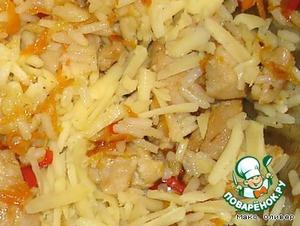 В этом же масле слегка обжариваем натёртую морковь и мелко нарезанный сладкий перец.    Объединяем с рисом, добавляем натёртый сыр и измельчённый чеснок.    Всё это солим, посыпаем специями и перемешиваем.