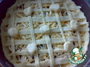 Now for the decoration. Lay out strips in the form of a lattice. And from our lepeshechki put the mini-patties - put into small pieces of cheese. In General, make balls with the stuffing.  And decorate the top of the lattice.  Greased egg.