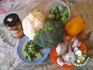 Вскипятить 1 литр воды. Капусту цветную и брокколи разделить на соцветия, перец нарезать кубиками. Все овощи можно использовать и в замороженном виде. Количество - произвольное. Я добавляла по горсти каждого ингредиента.