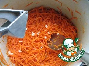Выдавливаем через чесночницу и добавляем в морковку. А также добавляем обжаренный ранее лук. Солим по вкусу.