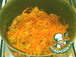 Сперва кладем лук, обжарить с грудинкой, после морковь. (Закрывать крышкой).