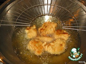 Heat the oil, dip blossoms in batter, fry until Golden brown, ready to put the cabbage on a paper towel.