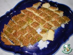 Пока делали фигурки конечно же спёкся бисквит.Охладить его.Остывший бисквит режем небольшими кусочками.