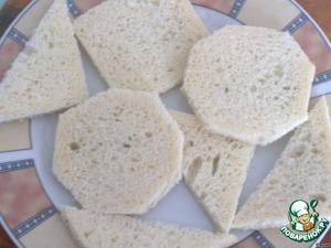 Отрезаем с хлебушка корочки, а мякоти придаем любую желаемую форму.   у меня шестиугольник, треугольник, квадрат.