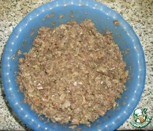 Отварить потроха, измельчить в блендере или мясорубке, добавить специи и 2 яйца.
