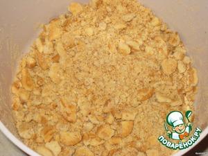 Печенье накрошить, чтобы получилось половина массы крошкой, вторая половина кусочками.
