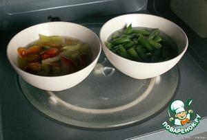 В замороженный перец и фасоль добавила воды и поставила в СВЧ на максимум, на 5 минут. Можно просто перец нарезать, обжарить на сковороде до мягкости, фасоль отварить.
