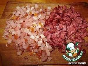 Нарезать мелко мясо и колбасу.