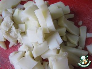 Также мелко нарезаем отваренный картофель.