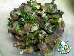 В миску выкладывать слоями: сначала грибы, посолить, поперчить. Затем посыпать грибы петрушкой.    А сверху полить чесночно-уксусным маринадом.    Слои повторить несколько раз. Дать настояться не менее трёх часов.