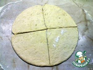 Разделить тесто на две части. Сделать круг, разделить на 6 частей.