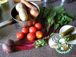 So, take a saucepan and put on fire as the boil - throw into it a handful of dried roots.  Meanwhile, clean and prepare the vegetables: carrots, potatoes and onions all clear, and beets dismantle into 3 parts - roots, bodily (petioles) and leaves. The root cut into strips, bodily into pieces of ~2 cm.