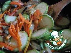 Нарезанные баклажан и кабачки добавить в сковороду с морковно-луковой зажаркой. Немного посолить (много не солить, так как потом ещё придется добавлять томатную пасту и соевый соус, а они и так солёные). Перцем приправить по вкусу. Несколько минут продолжать обжаривать, а потом прикрыть крышкой, чтобы овощи дали сок.