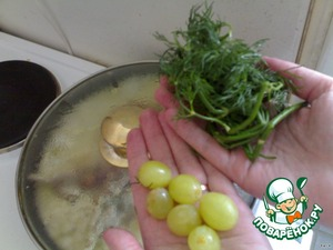 Минут за 5 до окончания готовки добавить виноград и измельченную зелень.