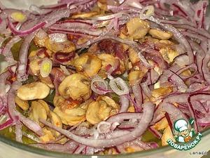 оставшийся лук  и  грибы. Заправить растительным маслом, добавляя немного рассола. Любителям поострее - поперчить.    Перемешать. Салат подать на листьях салата.