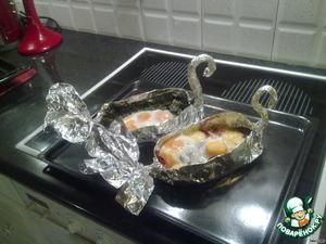 """Переложить всё в фольгового """"лебедя"""". Ввести яйца и допечь в духовке.   Другой вариант: положить в """"лебедя"""" все, что есть в холодильнике из сыра и копчёностей, добавить приправы. Ввести яйца и тоже довести до готовности в духовке."""