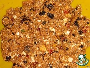 Вылить яично-масляную смесь в смесь хлопьев с сухофруктами, добавить разрыхлитель и корицу и вымешать.