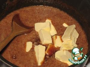 Как вся масса прогреется добавить холодное масло (маргарин), перемешивать до полного растворения маргарина.   Как раз, масло холодное и пока оно растворяется, масса немного остынет и не надо ждать остывания. Масса должна быть горячей, но не кипяток и не холодной, чтобы мука все-таки немного заварилась.