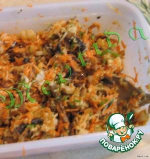 Смешиваем грибы, морковь, грушу, помидор, все аккуратно перемешиваем.      Готовим заправку: имбирь трем на мелкой терке, смешиваем его с медом, горчицей, соевым соусом, добавляем в салат заправку.      После этого пробуем салат и приправляем солью и перцем по вкусу.