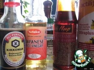 Заправляем соусом: мёд, рисовый уксус, соевый соус,   растительное и кунжутное масло(1:1) и соусом