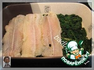 Выкладываем шпинат в форму, сверху кладем филе рыбы