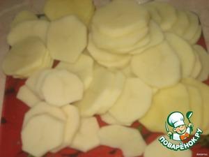 Картофель очистить и порезать кружочкими.