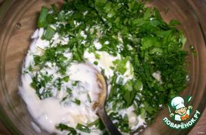 - Приготовим соус: майонез + плавленый сыр + измельченный чеснок + мелко порезанный лук + мелко порезанная зелень,   тщательно перемешать в емкости