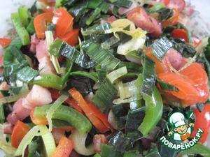 Бекон и овощи нарезаем небольшими кусочками и тушим овощи около 5 минут, чтобы не было большого выделения жидкости при запекании.
