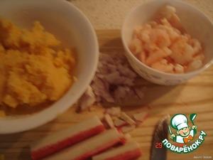 порезать лук мелко,крабовые палочки,креветки