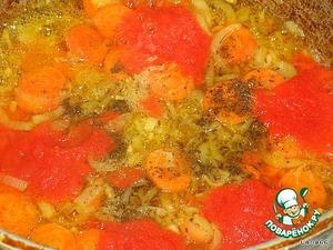 Добавляем ее и томатную пасту к нашим овощам.