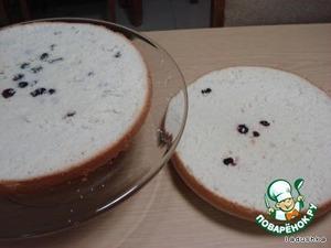 Готовый бисквит, разрезаем вдоль на два (можно и на три) круга, каждый в отдельности хорошо пропитываем сиропом.