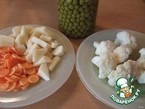 Сставим процеженный бульон на плиту и добавляем по мере готовности морковь1 (кружками, кубиками...), картофель (если хочется, но не обязательно), цветную капусту (была заморозка), зелёный горошек (свежего и замороженного не было - добавила консервированный). Пробуем на соль и доводим до готовности.