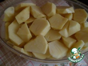 Pour water to a boil in the lower compartment put coarsely chopped potatoes, sprinkle with salt.