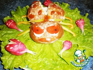 On a plate put lettuce on their bread. Predeliver wings and mouth using toothpicks. Make a point of ketchup. Substitute legs.And, with the help of mayonnaise, glue the eyes. Over the eyes put the antennae. Next to the beetle laid ladybugs.