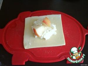 Раскатать тесто, порезать на квадратики. В серединку каждого квадратика положить творог и воткнуть 2-3 кусочка груши.