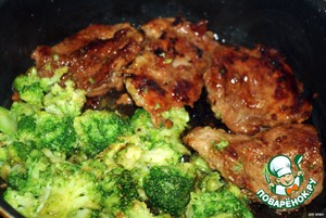 Put a pot of water on the fire  Add salt  Put broccoli in boiling water  Bring to a boil  Simmer for 2 minutes  Drain the water  In the same saucepan over high heat, heat 1 tablespoon of butter  Add broccoli  Lightly fry  When pork chops are ready, add the broccoli to the pan  Close the lid for 2-3 minutes