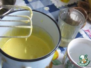 Желтки взбить с половиной сахара (50гр), влить воду и масло. Перемешать