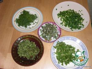 Мелко нарезать зелень.    Внимание! Укроп и лук - используем пучками.   А мяту, орегано и майоран - небольшими щепотками, не более 1 ч. л. зелени, иначе вкус будет слишком пряным.