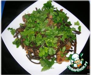 Украшаем блюдо резанной зеленью.