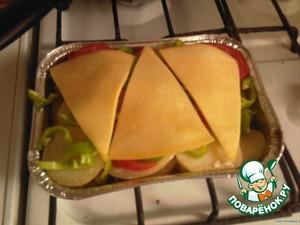 Сверху положить кусочки сыра, накрыть фольгой и отправить в духовку еще на 15 минут.За пару минут го готовности снять фольгу.