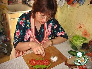 Укладываем листик салата, помидоры кружочками. Немного посолить.