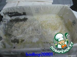 Смазать кисточкой растительным (или растопленным сливочным) маслом, присыпать сухарями и положить второй слой