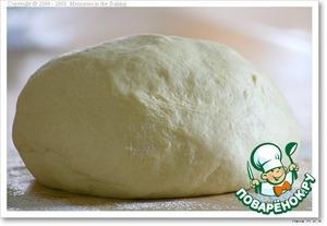 Для тонкой основы: замесить в ХП в режиме Пицца и сразу раскатывать, закладывать начинку и выпекать как обычно - нагреть духовку вместе с противнем до 210-220 С, положить пиццу на противень и выпекать до готовности - минут 15. Для толстой основы - полный цикл замешивания теста (у меня 2.20 ч)      Без ХП -развести дрожжи в теплой воде, добавить сахар и соль. Просеять муку и замесить эластичное тесто. После замеса добавить смалец, еще раз вымесить и поставить в теплое место подниматься, пока тесто по объему не увеличится вдвое.