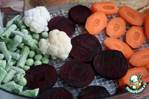 Chop the carrots and beet slices, put all the vegetables, except potatoes, in a steamer. Salt.