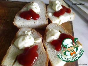 На ломтик хлеба кладём майонез и кетчуп.